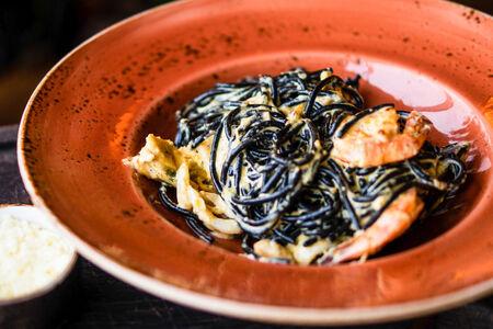 Спагетти черные с морепродуктами
