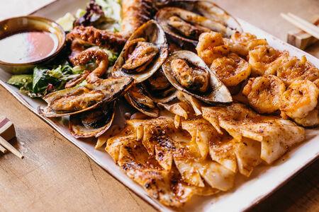 Ассорти морепродуктов на сковороде