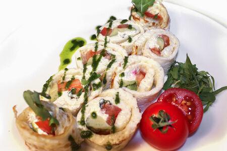 Ролл омлетный с творожным сыром, томатами и рукколой