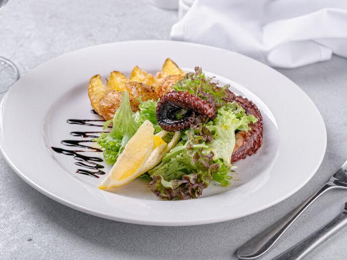 Салат с осьминогом и запеченным картофелем