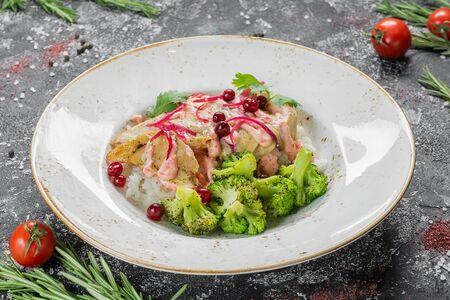 Куриная грудка с запеченными брокколи, рисом и имбирной заправкой