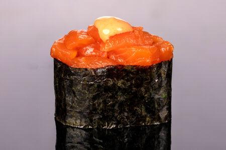 Гункан Спайси лосось