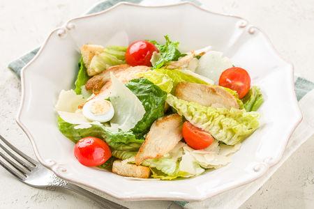 Салат Цезарь с цыпленком