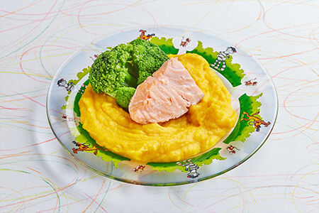 Кижуч с овощами на пару с морковным пюре и брокколи