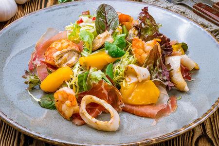 Салат Форвест с тёплыми морепродуктами, пармской ветчиной и тыквенным желе