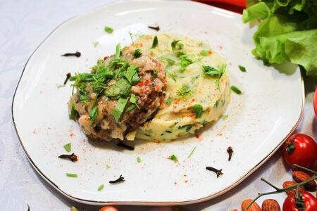 Шницель с картофельным пюре под сливочно-грибным соусом
