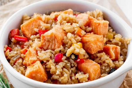Жареный рис с лососем