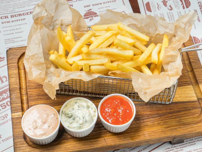Картофель фри с тремя видами соуса