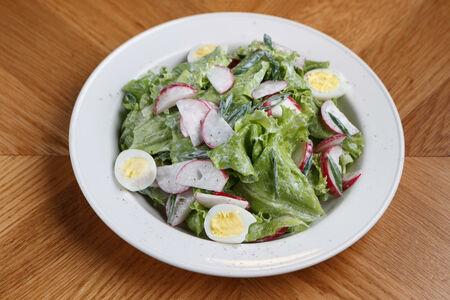Весенний зелёный салат с редиской и яйцом