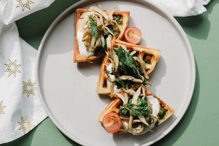 Картофельная вафля с грибами и шпинатом