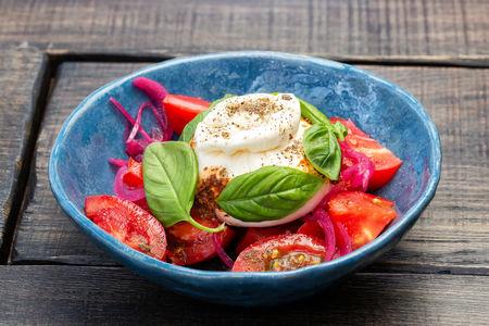 Буррата с томатами и аджикой