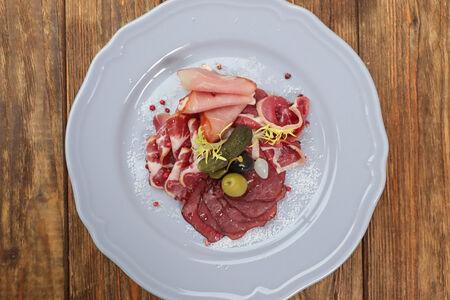 Ассорти сыровяленных мясных деликатесов