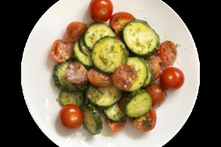 Салат с огурцом и помидорами черри