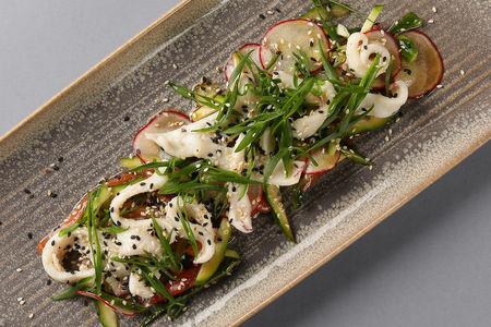 Салат с кальмаром на гриле