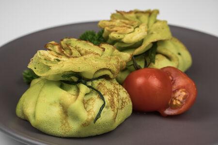Блинчики-мешочки с жульеном из цыплёнка и грибов