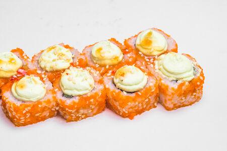 Ролл с копченым лососем и соусом васаби