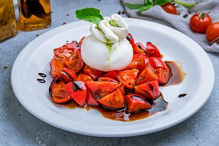 Салат Буратта с томатами