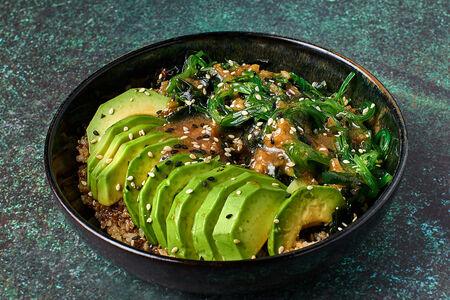 Поке с авокадо, овощами и водорослями с киноа