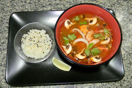 Острый суп с морепродуктами в тайском стиле