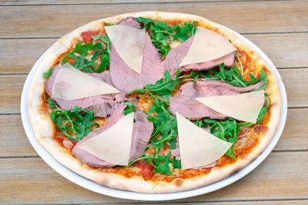 Пицца с телятиной и рукколой