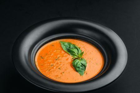 Томатный суп с базиликом и сливками