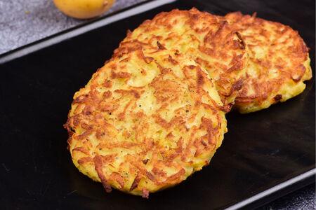 Картофельные драники со сметаной