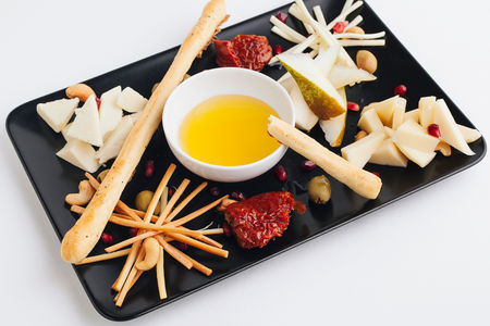 Тарелка с грузинскими сырами