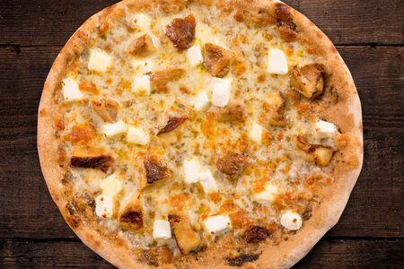 Пицца с белыми грибами, фета и трюфельным ароматом