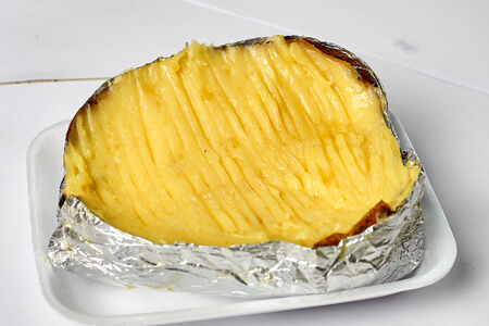 Печеная картошка с маслом и сыром