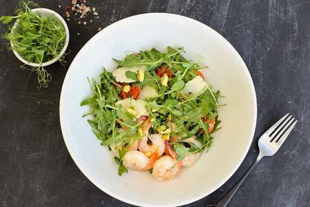 Салат c креветками, рукколой и фисташками