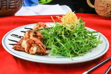 Салат Жареные гребешки и креветки под бальзамическим соусом