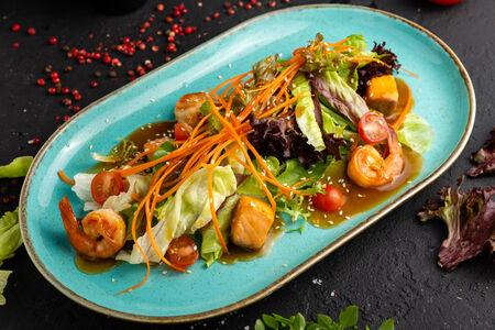 Теплый салат с лососем и креветками