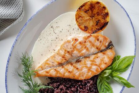 Стейк лосося c соусом из белого вина