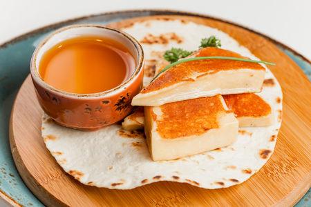 Жареный сыр на планче