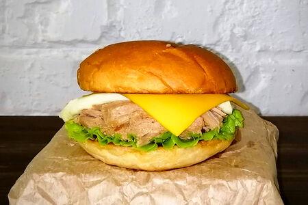Бургер со свининой, чеддером и моцареллой