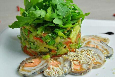Салат с копченым лососем и мини картофелем