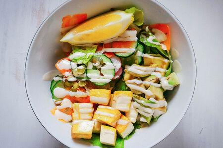 Зеленый салат-боул с авокадо, овощами и соусом тахини