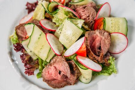 Салат из тонких ломтиков ростбифа