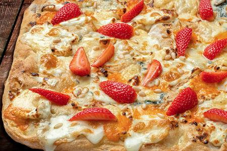 Пицца Римская Четыре сыра с клубникой