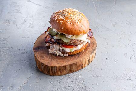 Чизбургер с беконом и халапеньо