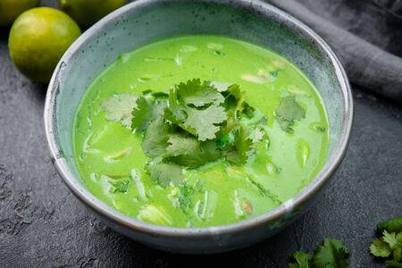 Кокосовый зеленый суп с цыпленком и пак-чой