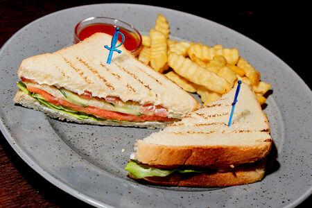 Сэндвич клаб с лососем