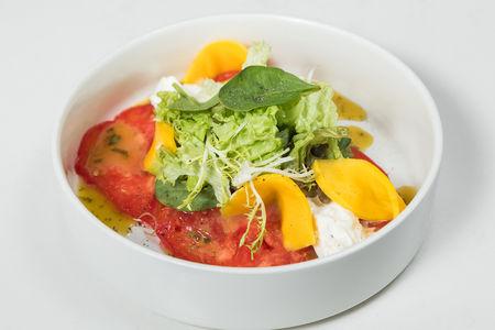 Салат с бурратой и манго