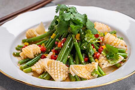 Салат с кенийской фасолью и кальмарами