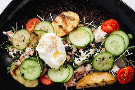 Салат с тунцом, картофелем и яйцом-пашот