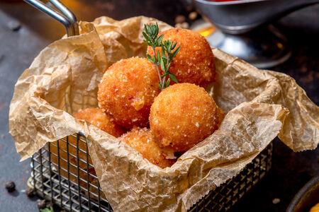 Сырные шарики с чорризо