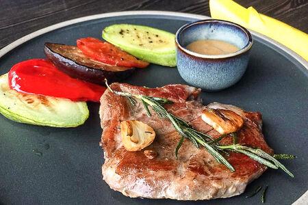 Свинина с чесноком, розмарином и овощами гриль