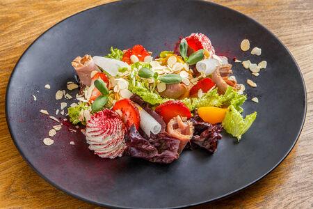 Салат с томленой утиной грудкой