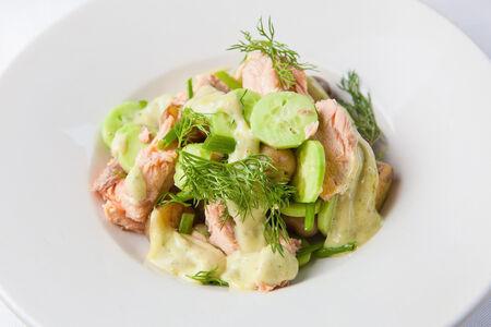 Салат из молодого картофеля с подкопченой неркой и огурцами