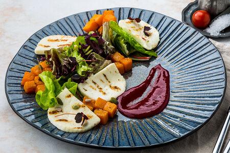 Теплый салат с печеной тыквой, жареным сыром и малиновой заправкой